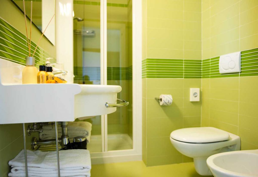 Spacious bathroom with shower | Meridiana hotel