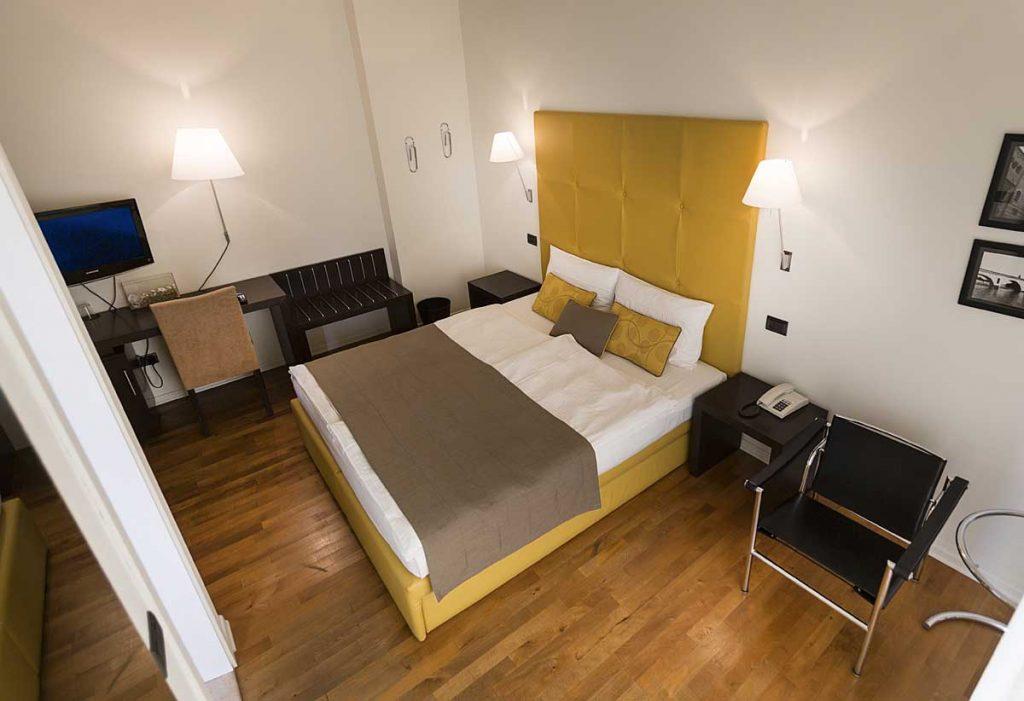 Camera con vista sul lago di Garda e sul castello di Malcesine . -Hotel Meridiana